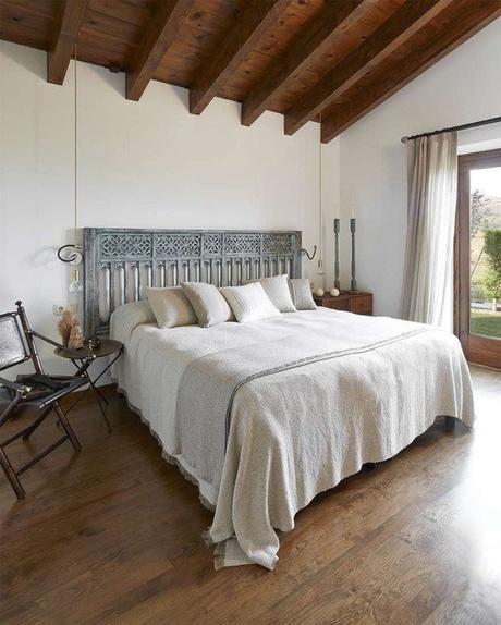 Estilo Rústico Renovado Para Una Casa En La Cerdanya Paperblog En 2020 Dormitorios Rústicos Dormitorios Dormitorio De Campo