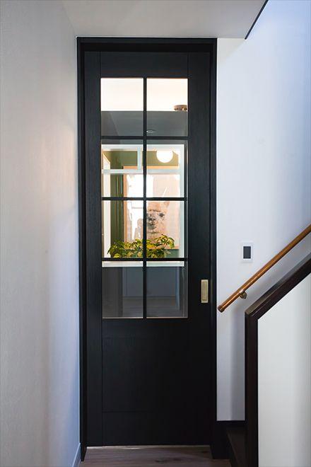 Case02 O様邸 塗る 選ぶ 飾る 部屋づくりを楽しむドア ベリティス クラフトレーベル のあるこだわり空間 ベリティス クラフトレーベル 室内ドア 内装ドア 収納 Panasonic 室内ドア インテリア ニューヨーク リビングドア