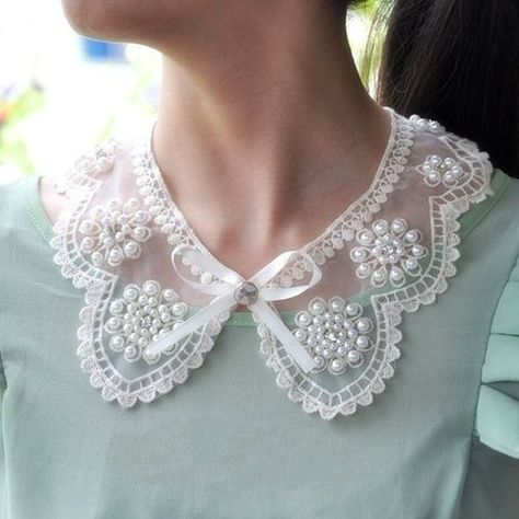 Ana Rosa- Pretty pearl and lace collar. Faux Col, Col Crochet, Motifs Perler, Peter Pan Collars, Pearl And Lace, Fashion Face, Mode Inspiration, Fashion Details, Ideias Fashion