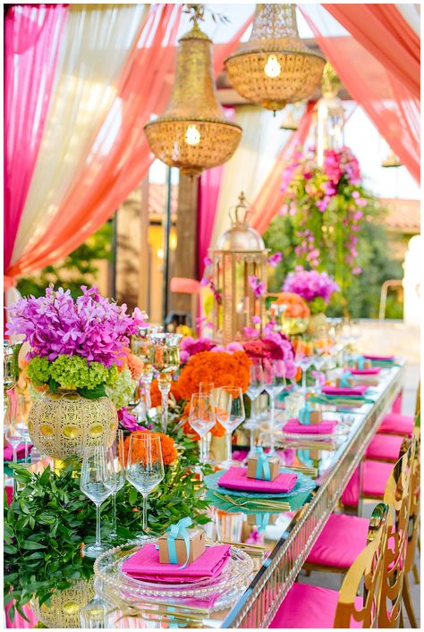 WOW So colorful table decor 💕 We are totally hypnotized 🌸 Do you like this decor? Leave a comment below!👇🏻 ⠀ Photos: Planning and Design: Venue: Florals: ⠀ ⠀ Wedding Table, Wedding Reception, Luxury Wedding, Dream Wedding, Beautiful Table Settings, Wedding Decorations, Table Decorations, Flower Decorations, Indian Wedding Photography