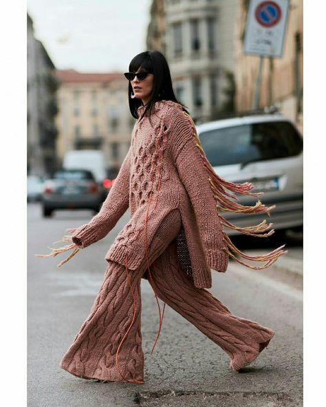 Conjunto de tricô rosa com calça - Paris Fashion Week @stylesightworldwilde #paris #parisfashionweek #pfw #trico #tricot #moda #estilo #tendência #fashion #fashionblog #modamujer #modafeminina #streetstyle #streetfashion #streetwear #modaderua #estiloderua #outfitt #ootd #outfitoftheday #outfitideas #outfits #looks #lookoftheday #lookdodia #look