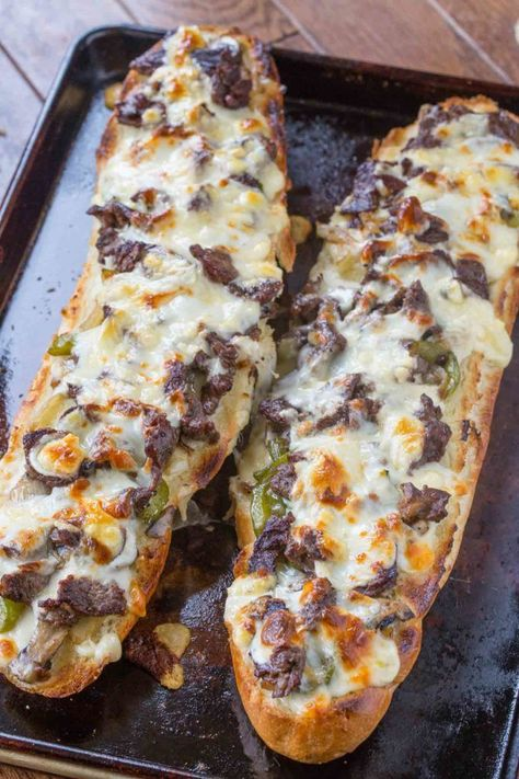 Cheese Steak Cheesy Bread Philly Cheese Steak Cheesy Bread with just a few ingredients is the taste of Philly for a crowd!Philly Cheese Steak Cheesy Bread with just a few ingredients is the taste of Philly for a crowd! Think Food, Love Food, Great Recipes, Favorite Recipes, Top Recipes, Egg Roll Recipes, Diner Recipes, Hot Dog Recipes, Budget Recipes