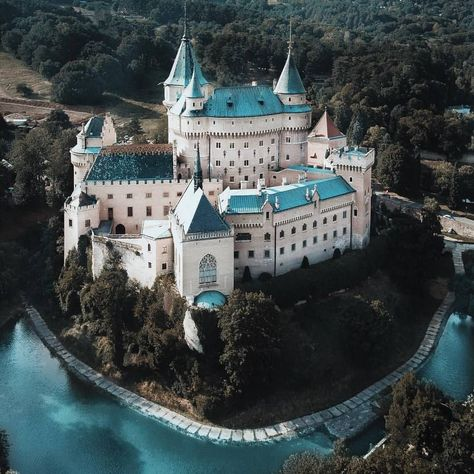 Bojnice Castle, Bojnice, Slovakia  📷 by@norah.ngpvia : addictedtravellers
