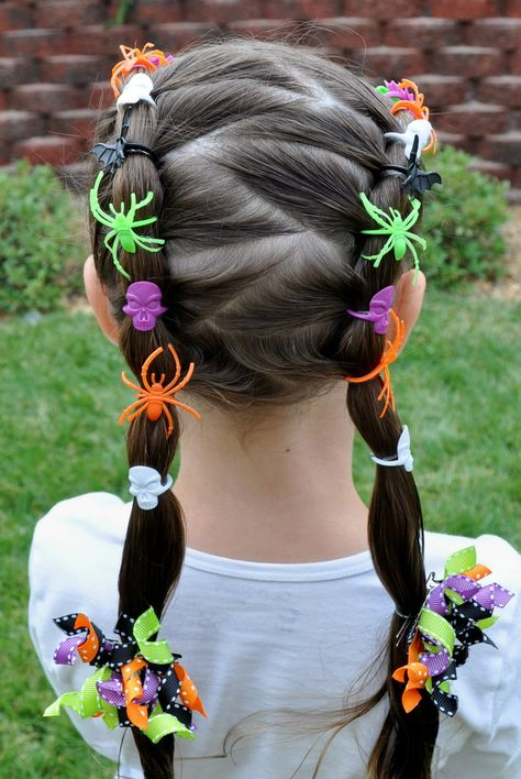 The Best Cute Halloween Hairstyles cute halloween hairstyles. Love these decorated zigzag Halloween ponytails! Use other decorations for a unique crazy hair day idea for school Halloween Mono, Scary Halloween, Halloween Halloween, Little Girl Halloween Costumes, Halloween Clothes, Spooky Scary, Creepy, Halloween Parade, Kids Costumes Girls