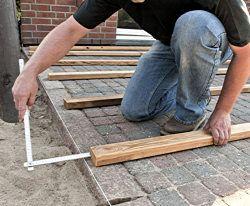abstand an der stirnseite des lagerholzes messen steinterrasse holzterrasse selber bauen und. Black Bedroom Furniture Sets. Home Design Ideas