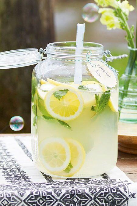 Aus rein natürlichen Zutaten: Erfrischende Zitronenlimonade kannst du ganz einfach selber machen. Das Rezept für die LECKER-Limo, bei der du weißt was drin steckt und alle Zutaten auch aussprechen kannst, findest du hier. #rezept #limo #limonade #selbermachen #idee #getränk #zitronenlimo #zitronenlimonade #erfrischung #sommer #party #geburtstag #ohnealkohol #kindergeburtstag