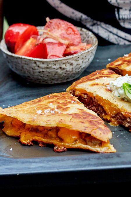 Du fragst dich nach dem Geheimnis für himmlisch gefüllte Tortillafladen und aromatischen Tomatensalat? Selbstgemachte Ruck-Zuck-Zwiebelkonfitüre! Das Rezept liefern wir gleich mit. #quesadillas #beef #käse #mexikanisch #snack #soulfood