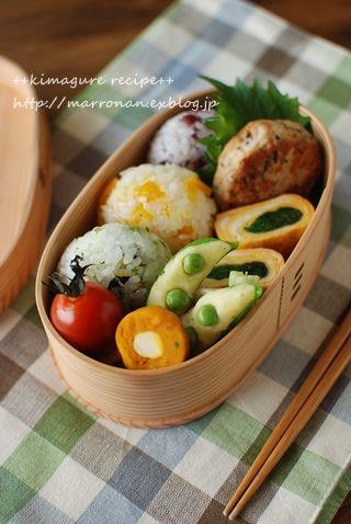 日本人のごはん/お弁当: おにぎり3種, 豆腐バーガー, 玉子焼き(ほうれん草入り) Japanese Bento Lunch (Three Onigiri Rice Balls, Tofu Burger, Tamagoyaki Egg Roll Spinach Inside) 弁当