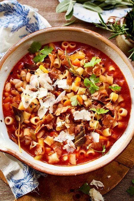 """""""Pasta e fagioli"""" mit Bohnen, Rosmarin, Salbei und Parmaschinken ist ein beliebtes Nudel-Gericht aus Bella Italia. Hier mal als Eintopf serviert: Urlaub zum Löffeln. #rezept #idee #eintopf #nudeleintopf #italienisch #nudeln #pasta #italien #bohnen #parmesan #nudelsuppe"""