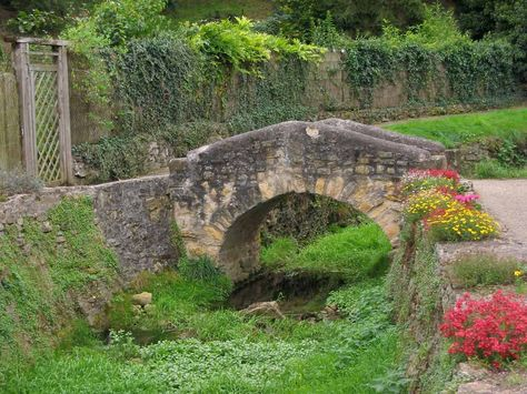 This stone bridge is oblique because the lines are slanting and sloping in direction and are not parallel or perpendicular. The slope of the two lines is neither parallel or perpendicular. (example 2/3 does not = 2/3 or -3/2)