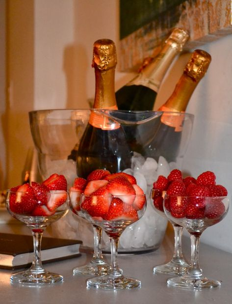 Oscar Party Strawberries and champagne! Romantic Dinner Setting, Romantic Dinners, Romantic Picnics, Romantic Ideas, Romantic Quotes, Oscar Party, Romantic Room Surprise, Romantic Bath, Romantic Birthday