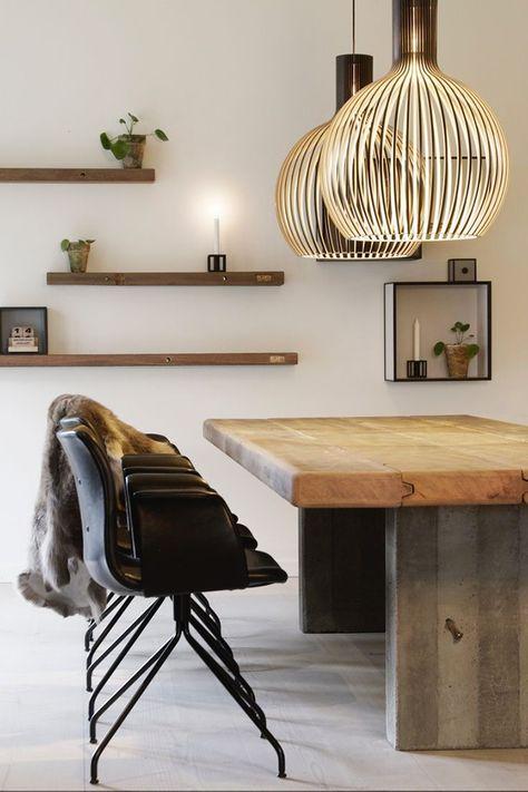 Une touche de chaleur dans cette salle à manger avec une table en bois massif et deux suspensions déco qui réchauffent la pièce