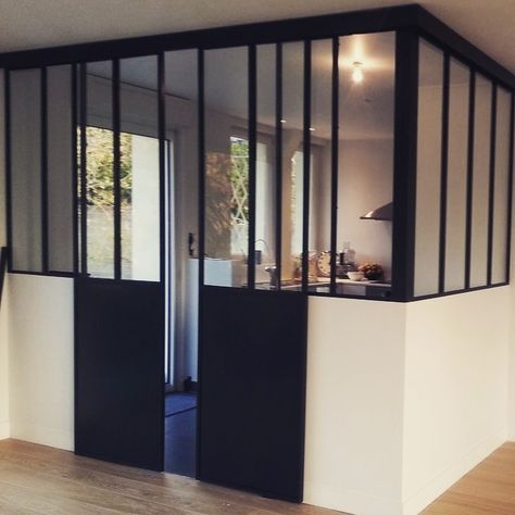 Visually lighter than more conventional walls, MOVI Sliding doors provide a sense of separate space without making rooms feel closed off. #Besglas #sliding #kitchen #spacedivider #roomdivider