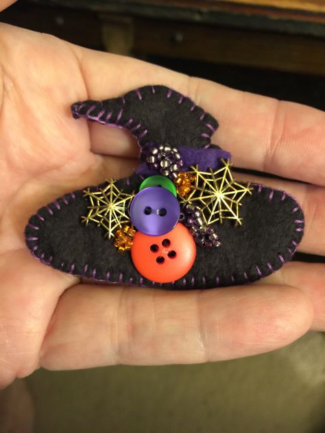 The spooky and cheerful Halloween Witch's Hat pin brooch is carefully made of felt, buttons and beads. Since each pin is individually made, the button colors and placement vary. Adornos Halloween, Manualidades Halloween, Felt Embroidery, Felt Applique, Halloween Jewelry, Halloween Crafts, Halloween Sewing, Autumn Crafts, Holiday Crafts