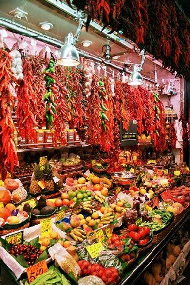 La boqueria     Barcelone > Rambla, Barrio Chino et El Raval  Le Barrio Chino et la Rambla sont de vivants quartiers où il est agréable de se promener. Vous y trouverez entre autres le musée d'Art contemporain de Barcelone (MACBA) et le marché couvert de la Boqueria. De nombreux bars et boites de nuits réjouiront les plus fêtards. La vieille ville précédant le Barri Gòtic est un enchevêtrement de ruelles où vous êtes assurés de vous perdre.