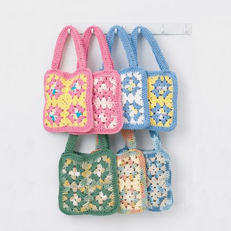 Cute cotton granny square bag is a fun and easy project. Made from Bernat Handicrafter Cotton. 6 or G) crochet hook. Granny Square Häkelanleitung, Granny Square Projects, Granny Square Crochet Pattern, Crochet Granny, Granny Squares, Granny Granny, Crochet Blocks, Square Blanket, Bead Crochet