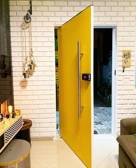 """Ideias Diferentes on Instagram: """"Adoro essa porta de entrada do meu amigo Beto da @acasadobeto 💛 - E a parede com tijolinhos de isopor?! (A ideia do tijolinho também…"""""""