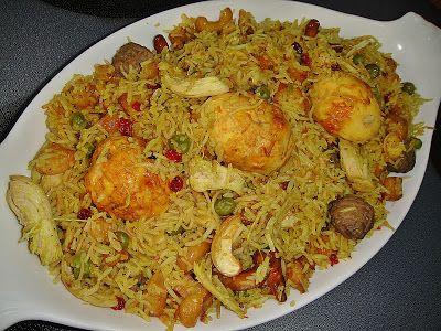 """Delicioso arroz Biryani iraquí: 500 gr. carne picada, 500 gr. pechuga pollo, sal, pimienta, curry de Madrás, chile en polvo (poco), media taza anacardos, otra de almendras crudas, de pasas, 1/3 taza de """"barberries"""", 2 patatas, 4 huevos duros, 2 cebollas picadas, 1 cuch. de """"ghee"""", 1 taza guisantes, media de fideos, 1/4 agua de rosas, 3 tazas de arroz y 3 cucharaditas sal. Hacer albóndigas con carne picada y hornear 30-40 min. con pollo."""