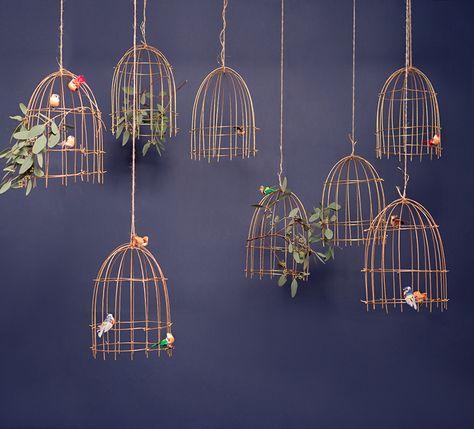 Mamie Boude project La promise : Suspension de Cages à oiseaux dorés et fleuris sur fond gris bleu nuit