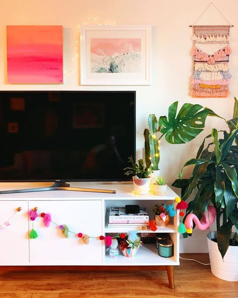 +30 another monday, another bottle of wine . . . and anticipating the tears and the drama of the next most dramatic season ever of #bachelorinparadise...#condoscheff #apartmenttherapy #homedecor #targetstylehome #ighome #ihavethisthingwithpink #pinkflashesofdelight #acolorstory #jungalow #tvstand #highlandpark #hlp #home #decor #interiordecor