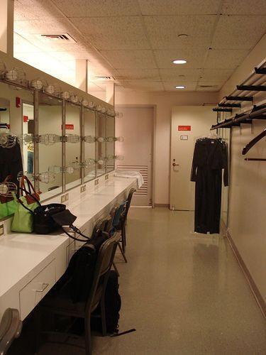 Backstage Ankleidezimmer Am Broadway Fur Sharpays Ashley Tisdale Bos Erzfei Backstage Ankleidezimmer Am B In 2020 Dressing Room Design Wardrobe Room Dressing Room