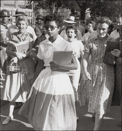 The woman walking with a notebook is Elizabeth Ann Eckford, one of nine African-American students who de segregated Little Rock Central High School in Harriet Tubman, Black History Facts, Black History Month, Little Rock Nine, Civil Rights Movement, African American History, Asian American, American Life, Before Us
