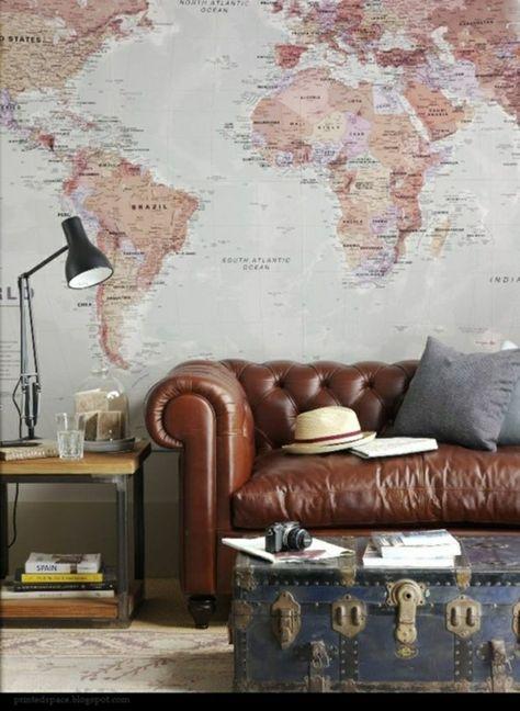 männliches Design - Weltkarte an der Wand und ein bequemes Chesterfield Sofa