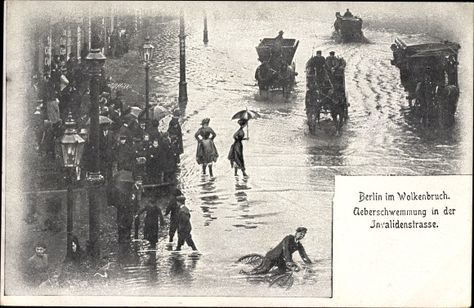 Ansichtskarte / Postkarte Berlin Mitte, Überschwemmung in der Invalidenstraße, Wolkenbruch, Kutschen, Mann mit Fahrrad
