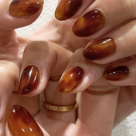 Tortoiseshell nails are the coolest trend for fall Read our tutorial and see our inspiration photos of the best tortoiseshell nail art ideas. Purple Nails, Bling Nails, Swag Nails, My Nails, Gold Nails, Pastel Nails, Glitter Nails, Grey Gel Nails, Neutral Nail Polish
