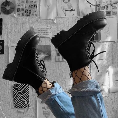 Edgy and trendy black boots. Grunge Outfits, Tomboy Outfits, Tomboy Fashion, Retro Outfits, Grunge Fashion, Fashion Shoes, Cool Outfits, Fashion Outfits, Black Outfit Grunge