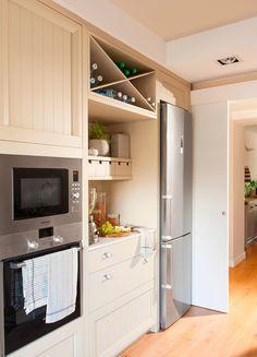 Lateral de cocina panelada, electrodomésticos, botellero y rincón de ...