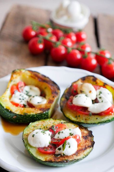 Gegrillte Zucchini Tomate-Mozzarella Low Carb - Gaumenfreundin Foodblog #lowcarbrezepte #lowcarb #lowcarbzucchini #vegetarischerezepte #zucchinirezepte