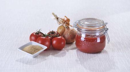 Sauce tomate maison en conserve   2,5 kg de tomates bien mûres 2 oignons 2 ou 3 gousses d'ail 1 feuille de laurier 1 petit bouquet de thym 1 bouquet de persil Feuilles de basilic ou d'estragon 1 cuil. à café de sucre selon les goûts Quatre épices 1 cuil. à soupe d'huile d'olive Sel, poivre
