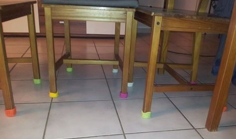 Was tun, wenn Stuhl- oder Tischbein friert? (Ok, hilft auch, wenn das Quietschen beim Bewegen auf den Geist geht..): Tischsöckchen! http://bastelschaf.wordpress.com/2014/03/19/fundstucke-tischsockchen/
