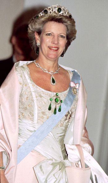 Queen Anne Marie Of Greece Princess Benedikte Of Denmark Attend A Nachrichtenfoto Getty Images Joias Da Coroa Real Familia Real Grega Tiaras Reais