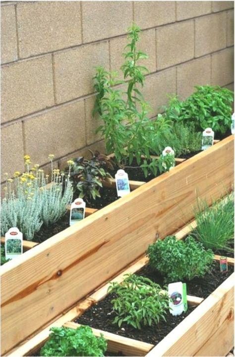 Bauen Sie Sich Ein Krauter Hochbeet Um Frische Krauter Zuzubereiten G Kleiner Balkon Ideen In 2020 Kleiner Hinterhof Design Bepflanzung Gartnern Auf Kleinem Raum