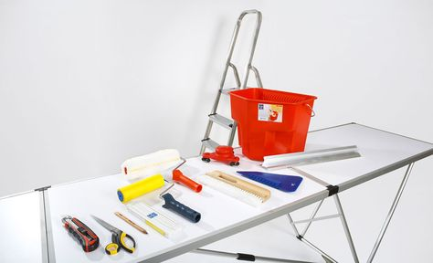 """Für gute Arbeitsergebnisse beim Tapezieren sorgt ordentliches Werkzeug: Cutter, Tapetenschere, Bleistift, Zollstock, Tapetenandrück-Roller, Bürste, Tapetenandrück-Spachtel, Dreikantlineal sowie ein Eimer für den Kleister und ein Tapeten-""""Tiger"""" zum Entfernen der alten Tapeten"""