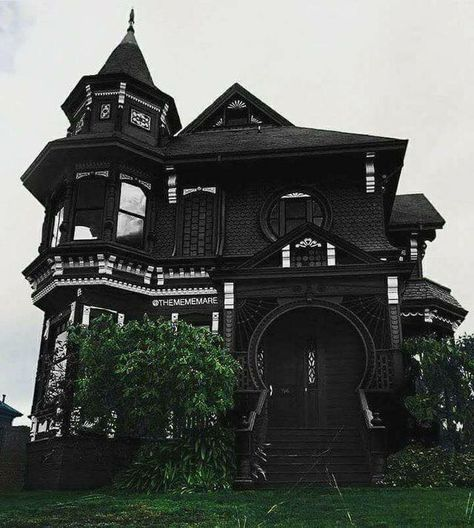 Holy Cow a black house it must be just waiting there for me to move in Unglaubliche Heilige Kuh, ein schwarzes Haus, es muss nur. Black House Exterior, Goth Home Decor, Gothic House, Victorian Gothic Decor, Modern Victorian Homes, Gothic Room, Gothic Mansion, Modern Gothic, House Goals