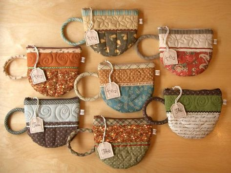 patchwork tea cups and mugs. My mom would love these, she has a thing for tea pots & cupsPatchwork Tea cups and coffee cups. Since tea is my drink of choice I do think I…Quilted Teacup pouch pattern from Patchwork Pottery. Especially great to make Sewing Hacks, Sewing Crafts, Sewing Tips, Patchwork Quilting, Quilts, Mug Rugs, Fabric Scraps, Quilting Projects, Scrap Fabric Projects