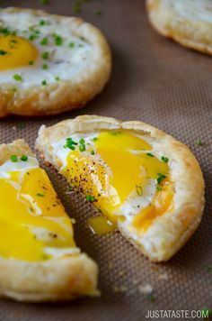 Cheesy Puff Pastry Baked Eggs: eggs at their finest! Store-bought puff pastry, eggs, cheddar cheese and chives. The eggs are cooked directly in cheese-filled puff pastry cups, making clean-up a total breeze! Breakfast And Brunch, Breakfast Dishes, Breakfast Recipes, Breakfast Pastries, Plats Healthy, Puff Pastry Recipes, Puff Pastries, Puff Recipe, Savory Pastry