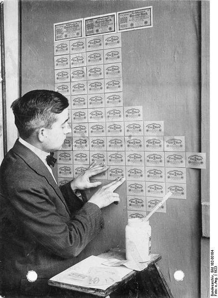 en alemania usando billetes para empapelar paredes