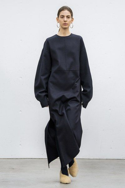 Hyke Tokyo Fall 2018 Fashion Show Collection: See the complete Hyke Tokyo Fall 2018 collection. Look 26