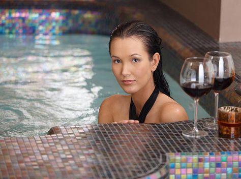 Het is #winter, het is koud... * Het zou wel leuk zijn in een thermaalbad lekker relaxen met een glas wijn... niet waar? * http://huntravel.nl/category/thermaal-water/ * Nu is het echt tijd om voor een weekend naar Hongarije te reizen, waar meer dan honderd natuurlijke waterbronnen zijn te vinden! Natuurlijk in bekende kuuroorden maar ook bij hotels en zelfs op campings. * Interesse? Neem contact op met #HunTravel voor je persoonlijke reisadvies! * Tel.: +06 333 35 538 | Mail…