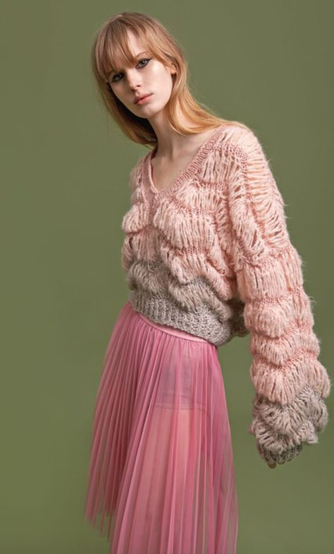 Cardigans, jumpers, turtleneck and poncho styles: fashion embraces soft materials like wool, mohair or cashmere. Knits for everyone and for all tas