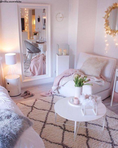 Cozy in pink! In diesem wunderschönen Schlafzimmer stimmt einfach jedes Detail. Kuschelige Felle, stimmungsvolle Lichterketten, frische Blumen, Rosa Akzente, sowie Design-Klassiker wie der Container Componibile sorgen für einen Look zum Verlieben! 📷:@villa.snowwhite // Schlafzimmer Wohnzimmer Bett Fell Teppich Sessel Kissen Lounge Couchtisch Lichterkette Spiegel Skandinavisch Girly Rosa Pink Kartell Weiss IDeen #Schlafzimmer #Wohnzimmer #Deko #Skandinavisch #Girly