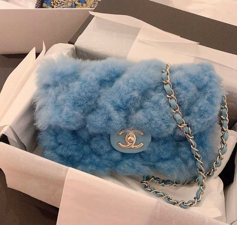 There are lots of luxury and well designed Chanel bags in the stores this season. I mean, who doesn't like a Chanel bag? Luxury Purses, Luxury Bags, Luxury Handbags, Replica Handbags, Purses And Handbags, Sacs Design, Accesorios Casual, Cute Purses, Cheap Purses