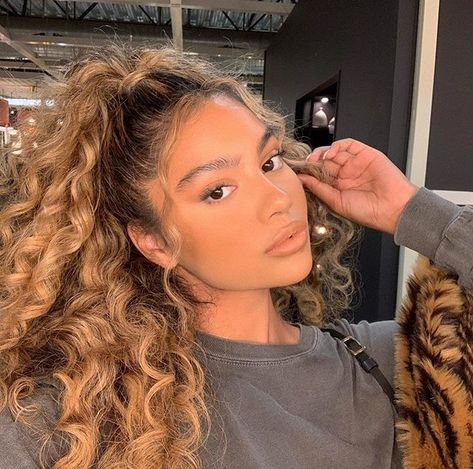 How to shine your hair and end opaque hair. - How to shine your hair and end opaque hair. look here hair # hair transition - Curly Hair Styles, Cute Curly Hairstyles, Baddie Hairstyles, Girl Hairstyles, Natural Hair Styles, Curly Bangs, Natural Curls, Straight Hairstyles, 1980s Hairstyles