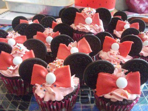 Muffins de chocolate Mimi, con relleno y cubierta de crema chantilly decorados con galletas oreo, moño de fondant y pastilla de dulce. Muffins Pasteles y mas