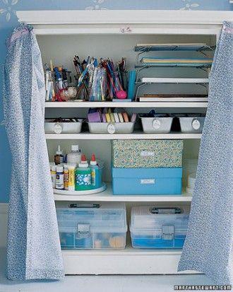 Si vous n'avez pas une pièce de rechange, juste consacrer un coin de la créativité. Cette armoire compacte conserve toutes vos fournitures en un seul endroit, de sorte que vous n'aurez pas à chercher du papier ou de la peinture.