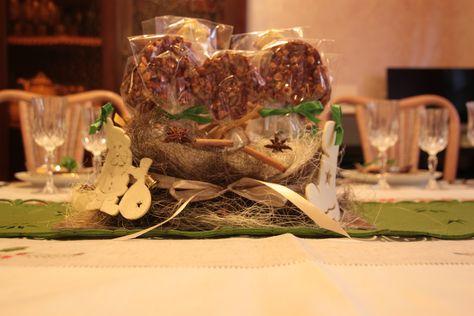 Centrotavola con lecca-lecca croccanti alle nocciole e alberelli di pan di zenzero